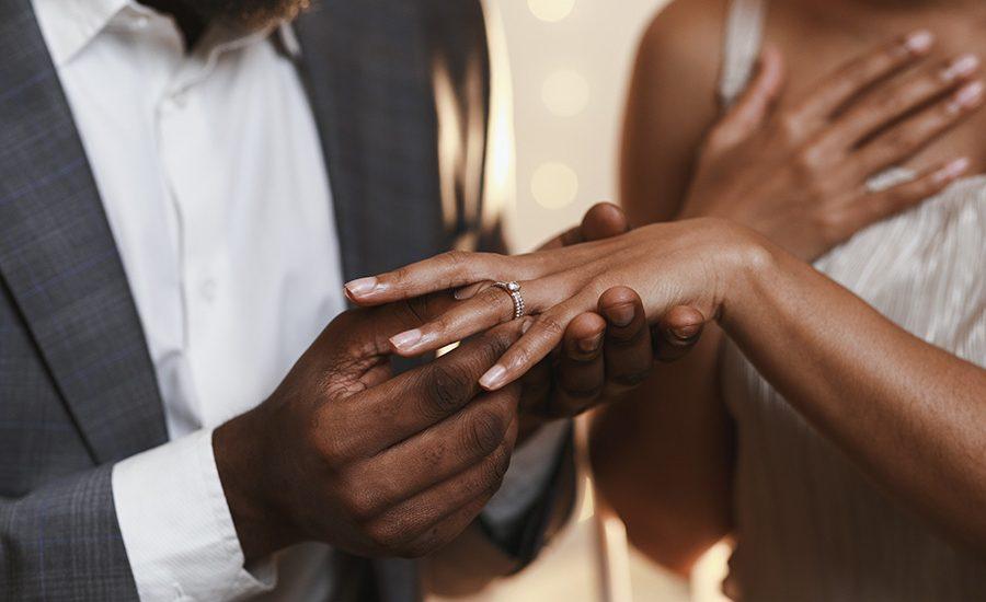 bague-fiançailles-couple
